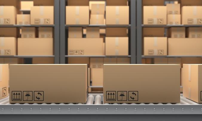 Immagine magazzino con scaffalature e scatoloni
