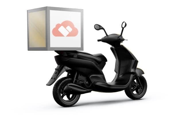 Scooter per consegna a domicilio con logo Cassa in Cloud