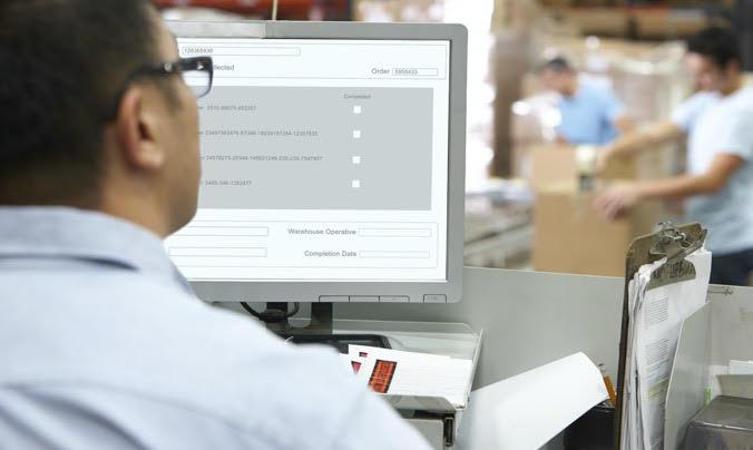 Uomo al computer - software di gestione logistica