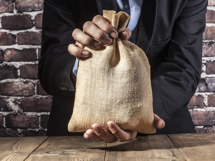 Incentivi bando e-commerce 2021 - uomo con sacchetto di monete