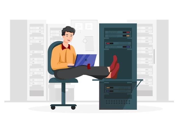 Uomo che si rilassa davanti a una macchina server - vantaggi dei database gestiti